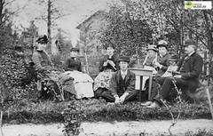 tm_11033 - Fam Lidwall 1888 (Tidaholms Museum) Tags: svartvit positiv gruppfoto family familj garden trädgård trädgårdsmöbel 1888 bostadshus furniture