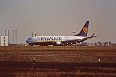 Berlin SXF 15.2.2019 Ryanair mit Sticker (rieblinga) Tags: berlin sxf flughafen schönefeld ryanair mit sticker landung analog canon eos 1v agfa ct precisa 100 e6 diafilm