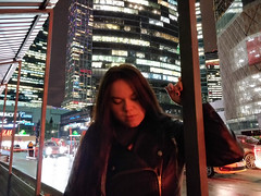 (Nikita Strizhov) Tags: ночь night портрет portrait москвасити moscowsity небоскреб skyscraper красный red девушка girl тень shadow печаль sadness дорога road машины cars
