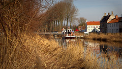 Damme 6 (Phil*ippe) Tags: damme ree house boat grass