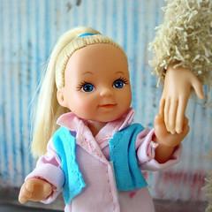 Take my hand... (Deejay Bafaroy) Tags: barbie doll puppe evilove evi simbatoys girl mädchen child kid kind steffilove pink rosa blue blau light hellblau portrait porträt simba toys hand
