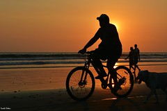 Sunset Jaco. (Orcoo) Tags: sun sunset sunday atardecer backlight contraluz shadow shadows sombra sol sombras bicicleta bick dog perro people gente mar playa beach costarica jaco