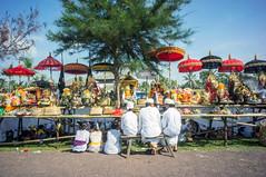 (kuuan) Tags: manualfocus mf voigtländer15mm cvf4515mm 15mm bali indonesia sonynex5n melasti ceremony beach tradition culture documentary balinese colorful mascetibeach pantaimasceti masceti priests menandwomen
