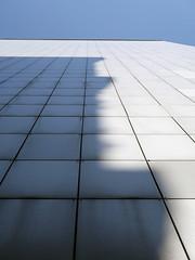 Der Schatten. / 08.04.2019 (ben.kaden) Tags: berlin friedrichshain münchebergerstrase schatten plattenbau architekturderddr 2019 08042019