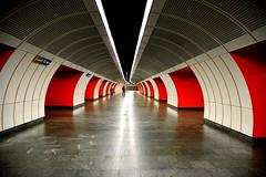 Vienne - Autriche (Métro) (Les essais photographiques) Tags: métro subway symétrie architecture red black white rouge blanc noir autriche austria europe trip travel voyage perspective photography