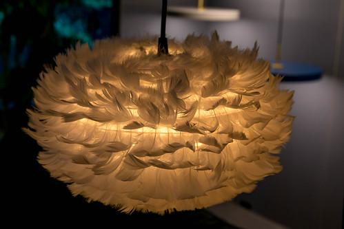 Nahaufnahme von moderner Lampe aus dicht angebrachten Federn an Metallgestell