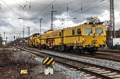 13_2019_02_09_Recklinghausen_Ost_9121_001_mit_9125_010_ERD_Schotter-_und_Planiermaschine ➡️ Hamm (ruhrpott.sprinter) Tags: ruhrpott sprinter deutschland germany allmangne nrw ruhrgebiet gelsenkirchen lokomotive locomotives eisenbahn railroad rail zug train reisezug passenger güter cargo freight fret recklinghausen recklinghausenost db dispo eloc erd vps 6101 6185 6186 6193 9121 9125 es 64 f4 es64f4 mrcedispo ic lte militärzug siemens traxx vectron outdoor logo natur graffiti