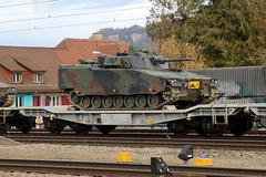 Komando Schützenpanzer 2000 RPe Hängglunds ( Breite 3.20 m ) auf Güterwagen Slmmnps - y ( Breite Ladefläche 3.15 m ) unterwegs mit Panzerzug 69031 B.iel - T.hun GB am Bahnhof Ostermundigen im Kanton Bern der Schweiz (chrchr_75) Tags: albumzzz201903märz märz 2019 schweiz suisse switzerland svizzera suissa swiss chrchr chrchr75 chrigu chriguhurni chriguhurnibluemailch panzer armure armatura 鎧 tank militär schweizer armee landesverteidigung