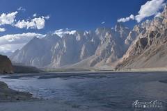 Rivière Hunza à Passu et Tupopdan, Cônes de Passu,  6,106 metre en fin d'après-midi © Bernard Grua (Photos de voyages, d'expéditions et de reportages) Tags: passucones glacier karakoram montagne hunza gojal bernardgrua passu gilgitbaltistan pakistan