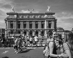 filles devant l'opera (Rudy Pilarski) Tags: nikon nb bw bâtiment building monochrome old ancien paris france francia europe europa architecture architectura architectural personne people filles girl woman femme city ciudad ciel sky cloud classique nuage capitale road monument 1020 nikkor smille sourire street opera