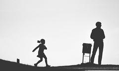3072 (saul gm) Tags: simplicity minimal blackandwhite people silhouette silhouettes man girl child father daughter backlight backlit oviedo asturias spain outdoors park leisureactivity