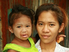 mother and tearful daughter (the foreign photographer - ฝรั่งถ่) Tags: mother tearful daughter khlong thanon portraits bangkhen bangkok thailand canon