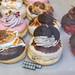 """Extravagante """"Berlina"""" Donuts mit Orio-Keks-Topping, Schokolade und Blütenblättern aus der veganen Bäckerei chök in Barcelona, Spanien"""