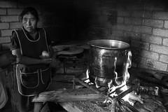 Cebolla para el caldo (Marcos Núñez Núñez) Tags: cocina blancoynegro streetphotography olla lumbre fuego blackandwhite bw canon canoneosrebelt5 mx oaxaca yolox chinantecos chinantla