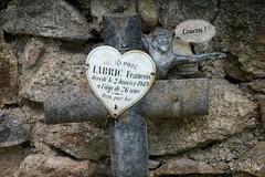 cahe cache (ynatentive) Tags: espiegle cachecache hideandseek hello cintorín cemetery graveyard sépulture tombe tombeau christ cimetière croix