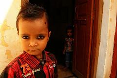Niños (PoLiTvS) Tags: 2011 2011india1 asia datia digital formatos india lugares puertas retratos viajes
