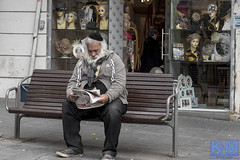 Jerusalem Street Scenes (anat kroon) Tags: israel yerushalayim jerusalem יְרוּשָׁלַיִם jeruzalem middleeast streetphotography straatfotografie verhalendefotografie storytelling shabat urban capitalsoftheworld documentaire documentary anatkroon kroonenvanmaanenfotografie חנכה