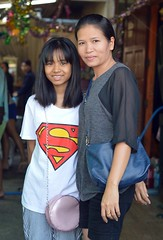 mother and daughter (the foreign photographer - ฝรั่งถ่) Tags: mother daughter superman shirt khlong lat phrao portraits bangkhen bangkok thailand nikon d3200