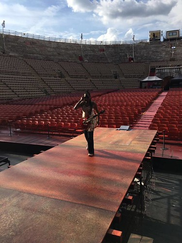 Kat dyson 🎸 #chitarrista #vocalist 🎤 #soundcheck #zucchero #guitar    #southerner  #native #ladiesofzucchero #blackcattour #arenadiverona 🎥#elettritv💻📲 #rock 💀 #rocknroll 🌹 #blues #10+1shows #tour
