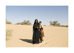 Mauritania - Portrait (Vincent Karcher) Tags: portrait mauritanie sahara desert vincentkarcherphotography people woman child children enfant rue street world project travel culture color west africa
