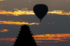 Montgolfière au-dessus des temples (Seb & Jen) Tags: bagan myanmar burma birmanie mandalayregion myanmarbirmanie oldbagan nyaungu royaumedepagan temple pagoda pagode bulethi montgolfiere balloon sunrise lever soleil