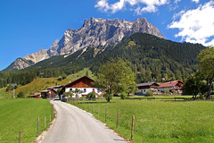 Ehrwald - Ortsmitte (33) - Blick aufs Zugspitzmassiv