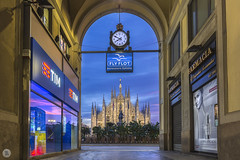 Passaggio Duomo [IT] (ta92310) Tags: travel europe italie italia italy lombardia lombardie milan milano winter 2019 bluehour longexposure duomo cathedral catholic catholique place alone architecture morning matin piazza passaggio passage