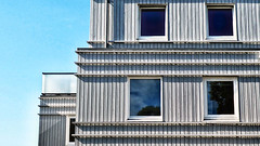 vele latten maken een huis (roberke) Tags: architecture architectuur modern windows ramen vensters sky lucht blue blauw blou reflections reflecties grijs grey lines lijnenspel outdoor buiten