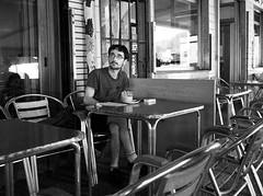 El café de la mañana (no sabemos cómo llamarnos) Tags: street streetphotography strangers photoderue urbanphotography fotourbana fotocallejera bar café restaurante coffee blancoynegro blackandwhite noiretblanc