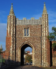 East Anglian flint flushwork, St John's Abbey gatehouse, c1400 - Colchester, Essex, England. (edk7) Tags: olympuspenliteepl5 edk7 2017 uk england essex colchester stjohnsgreen colchestercitycouncil englishheritage eastanglianflintflushwork stjohnsabbeygatehousec1400 benedictine pinnacle wall tower stonework stone architecture building oldstructure stonecarving crenelation battlement city cityscape urban abandoned gradeilisted