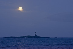 Supermoon over Feistein lighthouse (Svein K. Bertheussen) Tags: måne supermåne moon supermoon feistein fyr fyrlykt lighthouse rogaland norway norge reflections sea hav sele selestranden