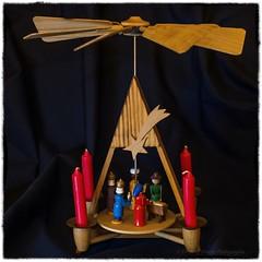 Weihnachtspyramide Heilige Familie und drei Könige (videamus) Tags: stern zu bethlehem um den könig und heiland anzubeten volkskunst aus dem erzgebirge kerzen zuhause holz figur kunst original heimat weihnachtlich vorweihnachtliche zeit advent brauchtum dekoration weihnachten lieblich adventskalender kerze bänder deutschland engelchen engel kindertraum weihnachtspyramide pyramide