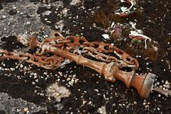 Rust In Peace! (gripspix (Easter Break 4 Family)) Tags: 20180927 bourgogne burgund burgundy givrysaôneetloire cemetery friedhof cimetière grave grab rust rost pole pfahl eisern iron