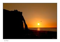 Coucher de soleil à Etretat (Rémi Marchand) Tags: sunset coucherdesoleil paysage landscape etretat france normandie hautenormandie seinemaritime canon7d falaise mer soleil sun manche arche portedaval paysdecaux seascape