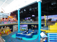 Touch Tank And Gift Shop. (dccradio) Tags: myrtlebeach sc southcarolina horrycounty indoor indoors inside touchtank ripleysaquarium columns poles giftshop ripleys february winter monday mondayafternoon afternoon goodafternoon broadwayatthebeach bench color colorful rail railing