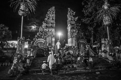 (kuuan) Tags: omzuikoautowf2824mm om olympus 24mm f28 mf manualfocus ilce7 bali indonesia sonya7 sony purapenataransasih pejeng odalan temple festival balinese ceremony moon entrance bw photo father son fatherandson night