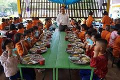 A la cantine ! (infoglobalong) Tags: stage étudiant service bénévolat volontaire international engagement solidaire voyage découverte enseignement éducation école enfants aide alphabétisation scolaire asie thaïlande jeux sport art informatique rénovations