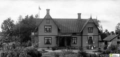 tm_11015 - Tidaholm, Västergötland 1900 (Tidaholms Museum) Tags: svartvit positiv byggnad exteriör exterior building tidaholm bankbyggnad bank bostadshus 1880talet 1890talet