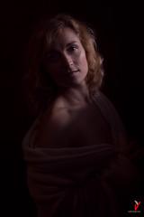 Dulce caricia de luz. (Carlos Velayos) Tags: retrato portrait mujer woman chica girl belleza beauty elegancia elegance sensualidad sensuality luznatural daylight mirada gaze