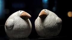 Du, wir werden beobachtet (dl1ydn) Tags: dl1ydn keramik tiere animals bokeh zeiss planar 50mmf14 50mm manual altglas manuell