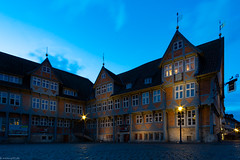 Rathaus blaue Stunde (carsten.plagge) Tags: 2019 a6300 cp55 carstenplagge fachwerk fachwerkstadt februar himmel samyang sonnenuntergang sony wolfenbüttel wolken blauestunde niedersachsen deutschland de