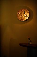 Zuckersüße Rose in einer ockerbraunen Mondnacht (Maquarius) Tags: sonne mond lampe wand vase rose gold scheibe kreis zuckerstreuer