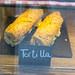 Tortilla Sandwiches mit rustikalem Brot, auf einer Schieferplatte in der Auslage präsentiert, in Barcelona (Spanien)