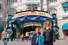 Sue And The Kids At Disneyland Paris (Joe Shlabotnik) Tags: disneylandparis disneyland sue paris april2018 france disney everett sign violet proudparents eurodisney 2018 afsdxvrzoomnikkor18105mmf3556ged