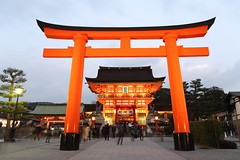 The torii gate of Fushimi Inari (Teruhide Tomori) Tags: 伏見稲荷大社 狐 evening light architecture construction building 京都 神社 torii 鳥居 日本 fushimiinari shrine kyoto japan tradition japon happyplanet asiafavorites