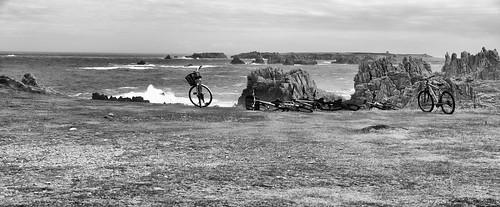 Carte postale d'Ouessant, ses cotes déchirées, le vent et les vélos