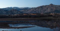Montañas azules (Victor Aparicio Saez) Tags: agua atardecer embalsedesantillana fotoconamparohervella horaazúl lago laguna montañasnevadas naturaleza paisaje panorámica reflejos río