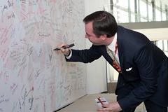 Le Grand-Duc héritier signe le mur de signatures, symbole de soutien (Stand Speak Rise Up) Tags: cgdlforuminternationalstand speak rise upluxembourgvilleeuropeanconventioncenterluxembourg27032019photoclaudepiscitelli luxembourgville luxembourg