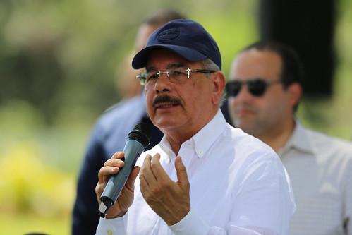 """Danilo Medina entrega moderna empacadora a jóvenes productores piña de Monte Plata: """"Es la encarnación de mis ideas en la campaña electoral"""""""