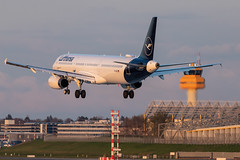 Hamburg Airport: Lufthansa Airbus A321-231 A321 D-AISQ (kevin.hackert) Tags: eos6dmarkii jets deutschland aviationphotography planespotters flugzeuge flughafenfuhlsbüttel ham hamburgairporthelmutschmidt planespotting sonnenuntergang canon planepictures flugzeug de luftfahrt hamburg flughafen flieger aviation planelovers apron hamburgairport aircraft spotter aviationdaily eddh sunset vorfeld